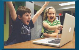 enfants jouant devant un ordinateur portable